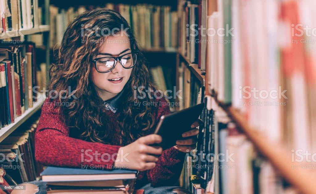 Schöne Frau mit einem tablet arbeitet  – Foto