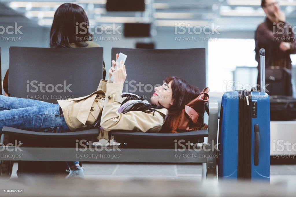 Schöne Frau wartet verspäteten Flug im Flughafen-lounge – Foto
