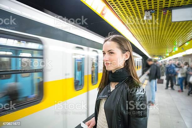 Bella Donna In Attesa Del Treno Della Metropolitana - Fotografie stock e altre immagini di 20-24 anni