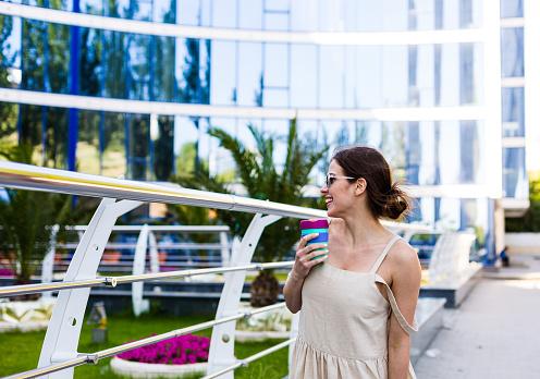 여름 도시에 걷는 아름 다운 여자 건강한 생활방식에 대한 스톡 사진 및 기타 이미지