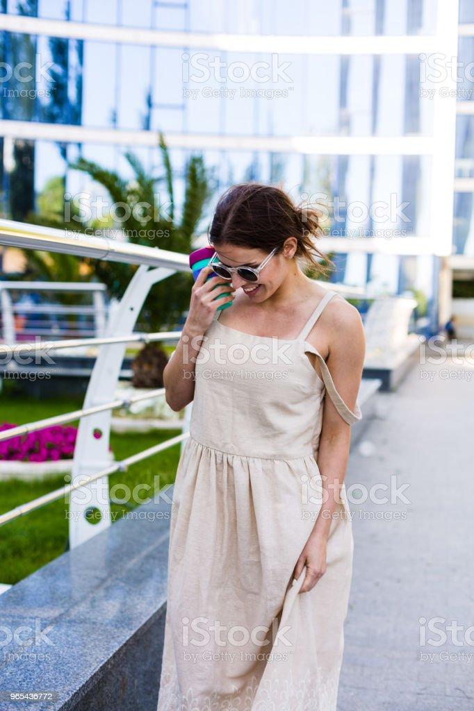 Linda mulher, andando na cidade de verão - Foto de stock de Adulto royalty-free