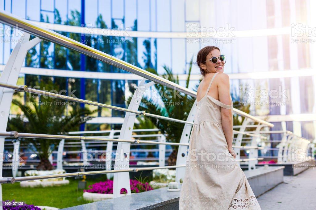 Belle femme qui marche dans la ville d'été - Photo de A la mode libre de droits