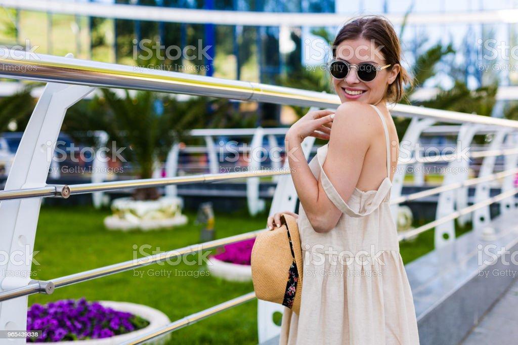 여름 도시에 걷는 아름 다운 여자 - 로열티 프리 건강한 생활방식 스톡 사진