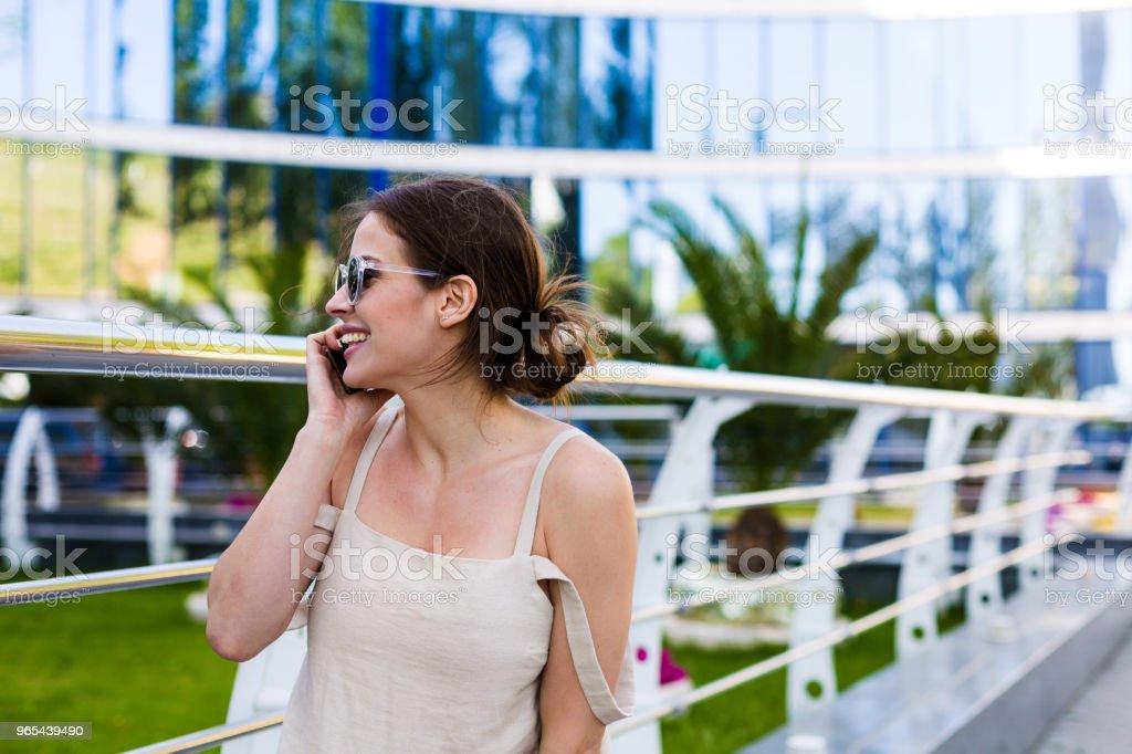 Schöne Frau, die zu Fuß in die Sommer-Stadt - Lizenzfrei Aktiver Lebensstil Stock-Foto