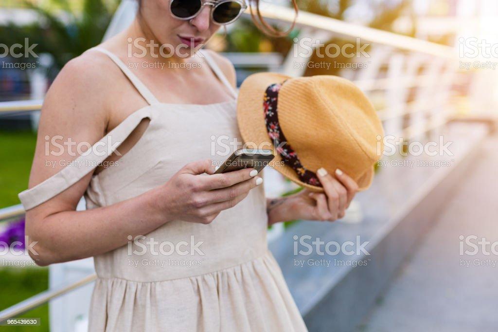 美麗的女人漫步在夏日的城市 - 免版稅一個人圖庫照片
