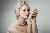 美しい女性の身に着けている真珠のネックレス