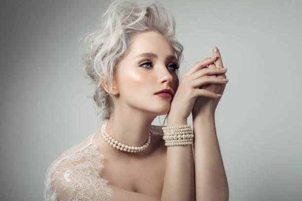 schöne frau tragen perlen halskette - a zone armband stock-fotos und bilder