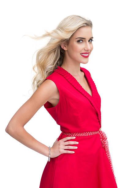 schöne frau mit roten kleid, lächelt in die kamera. - wickelkleid lang stock-fotos und bilder