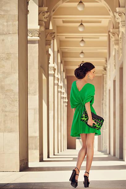 schöne frau mit wunderschönen kleid - bein make up stock-fotos und bilder