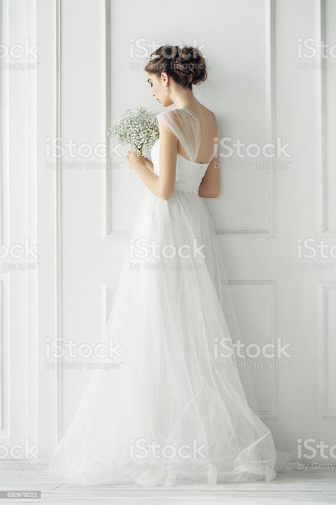 Schöne Frau tragen Brautkleid – Foto