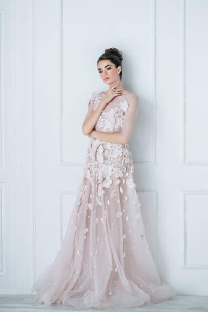 ウェディングドレスを着ている美しい女性 - ウェディングファッション ストックフォトと画像