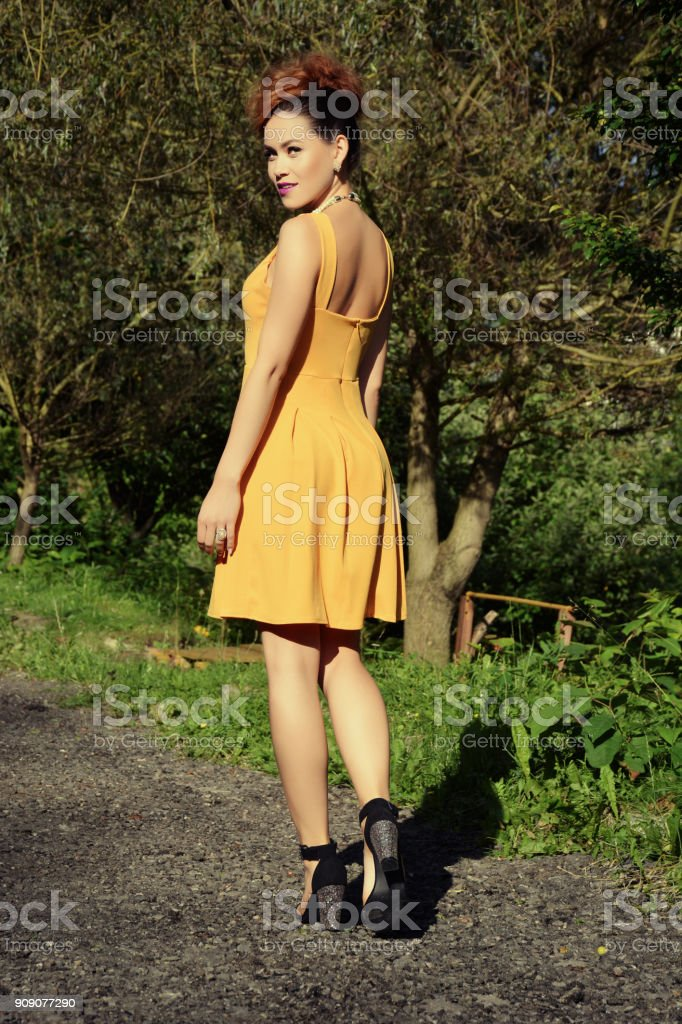 Schöne Frau mit gelben Kleid – Foto