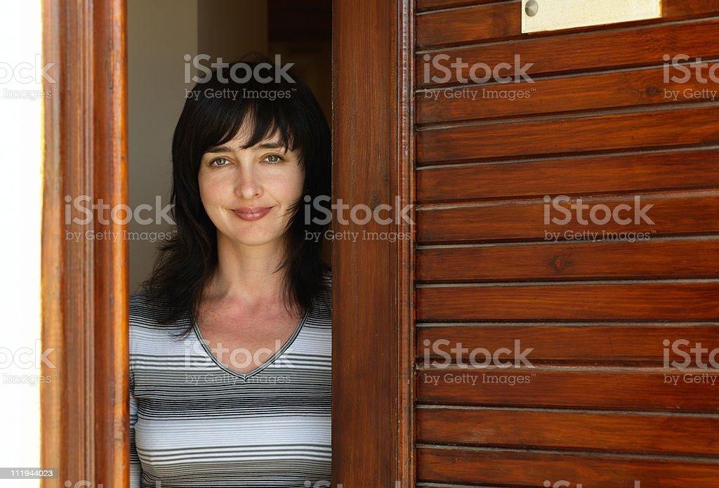 Schöne Frau an der Tür heißt – Foto