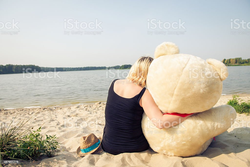 Mulher bonita com um urso de pelúcia - foto de acervo