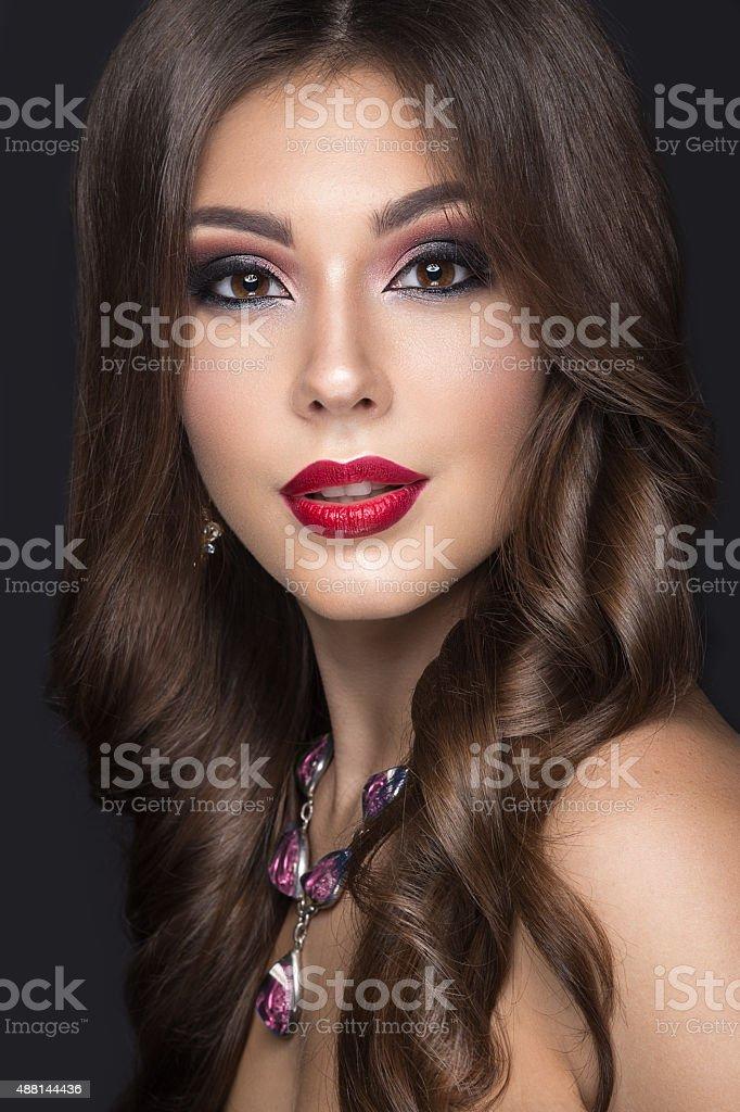 Schone Frau Mit Arabischen Makeup Und Rote Lippen Und Curls