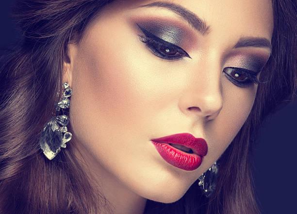schöne frau mit arabischen make-up und rote lippen und curls - schönen abend bilder stock-fotos und bilder