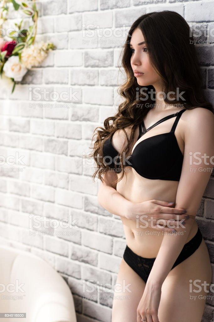68c18d594c6 속옷에 큰 가슴을 가진 아름 다운 여자 갈색 머리에 대한 스톡 사진 및 ...
