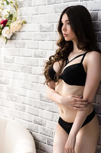 3553ecfcfaf ... 속옷에 큰 가슴을 가진 아름 다운 여자 갈색 머리에 대한 스톡 사진 및