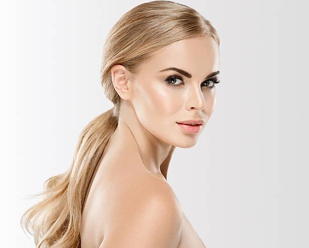 schöne frau mit blondine haare nahaufnahme porträt - frauenfiguren stock-fotos und bilder