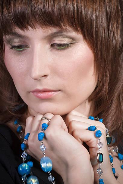 schöne frau mit blauen halskette - türkise haare stock-fotos und bilder