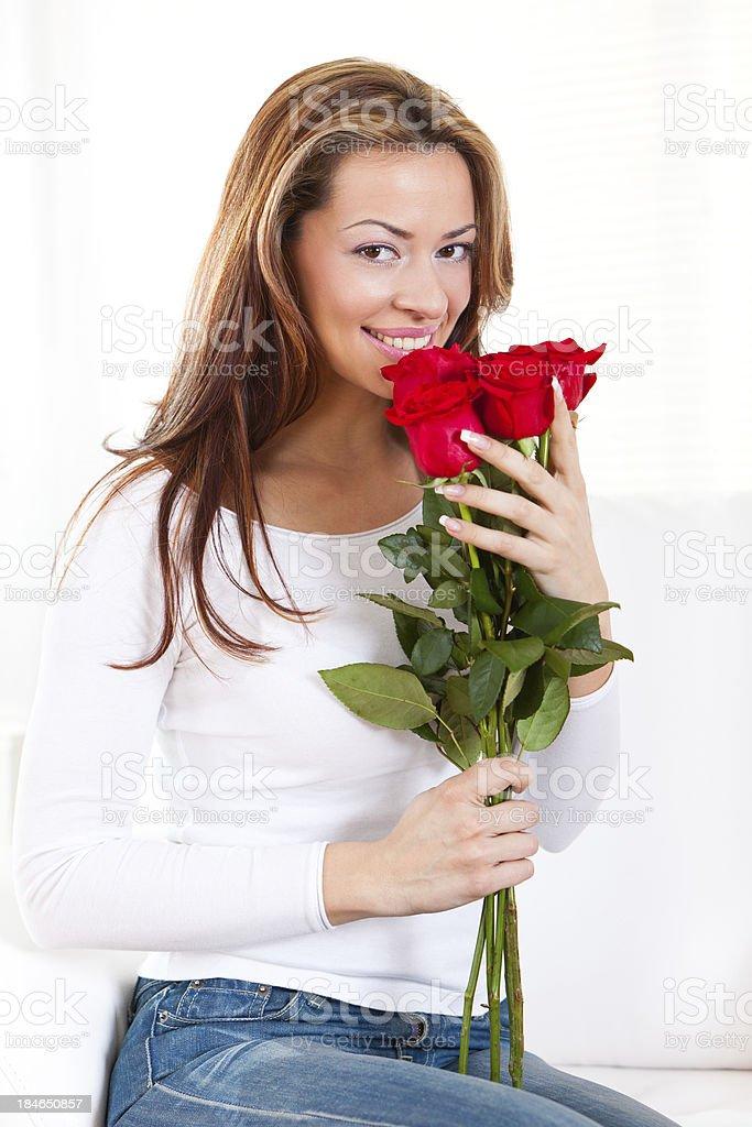 Красивая женщина с Букет из красных роз стоковое фото