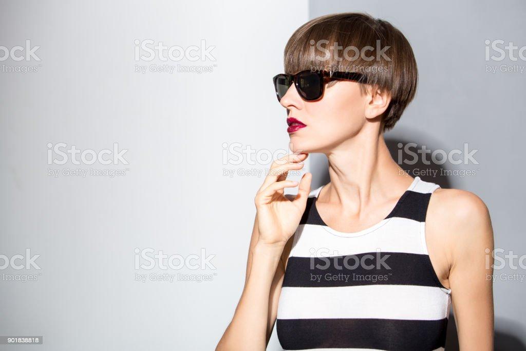 Schöne Frau Mit Braune Kurze Haare Tragen Streifen Kleid