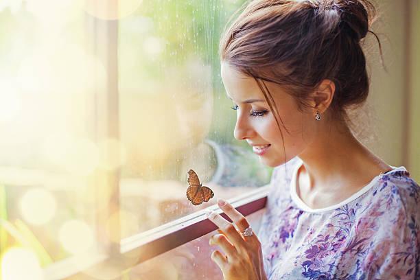 Schöne Frau mit Schmetterling – Foto
