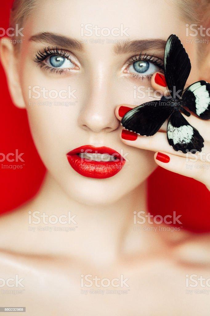 Mulher bonita com borboleta - foto de acervo