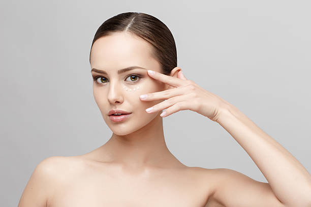 beautiful woman with clean fresh skin - creme huid stockfoto's en -beelden