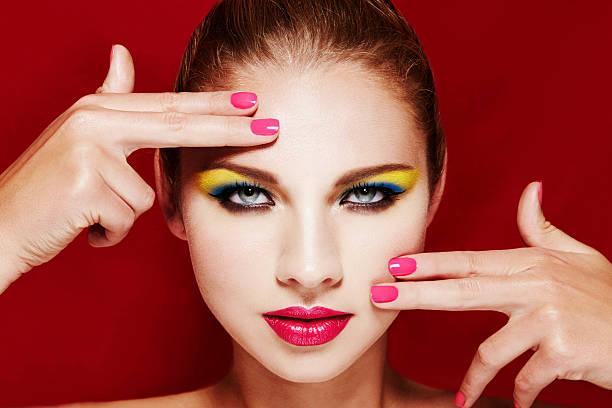 schöne frau mit farbenfrohen make-up. rosa maniküre und lippen. - blaues augen make up stock-fotos und bilder