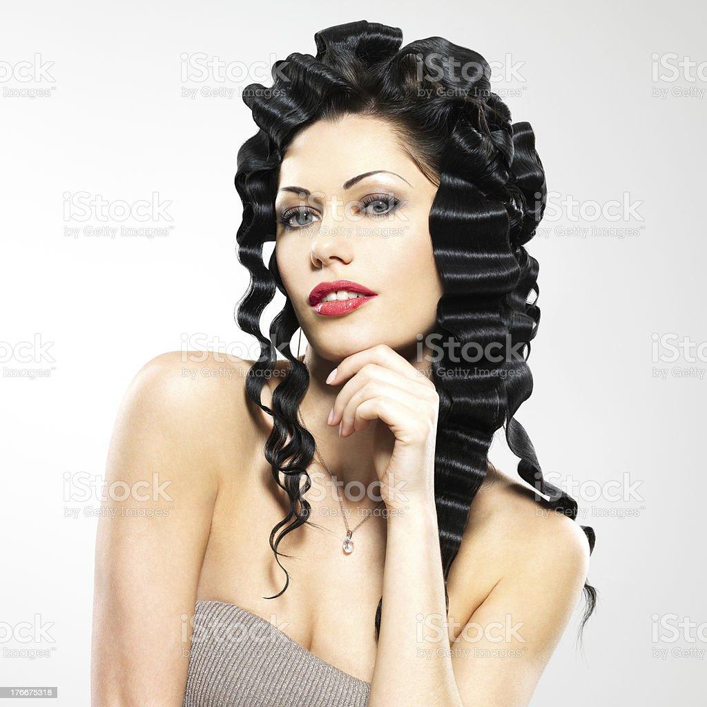 Bella mujer con peinado de moda foto de stock libre de derechos