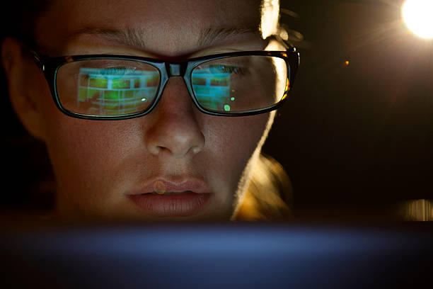Schöne Frau mit Brille mit Tablet-Computer – Foto
