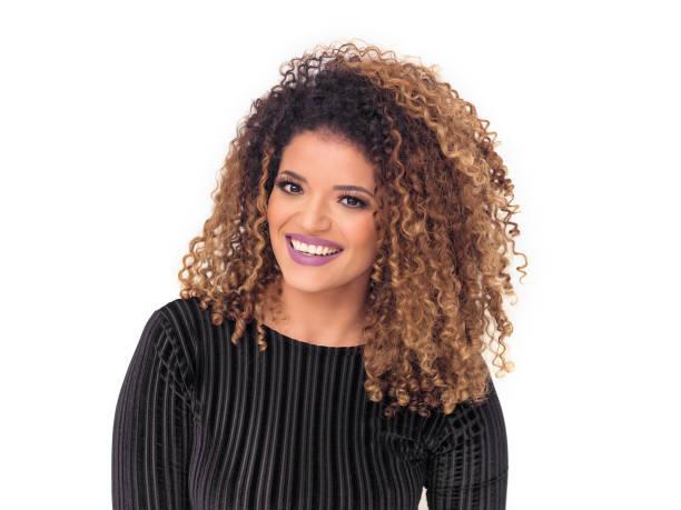 mooie vrouw met prachtig krullend haar paarse lipstick dragen en glimlachen - blond curly hair stockfoto's en -beelden