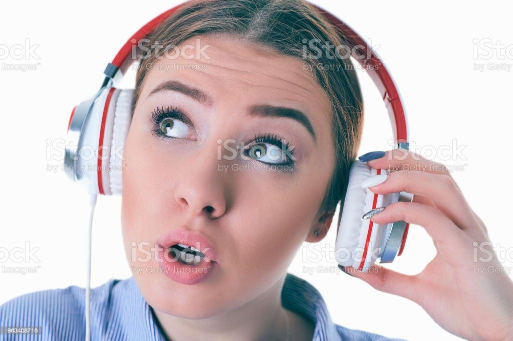 Piękna kobieta ze słuchawkami marzy - odizolowana na białym tle - Zbiór zdjęć royalty-free (Białoruś)