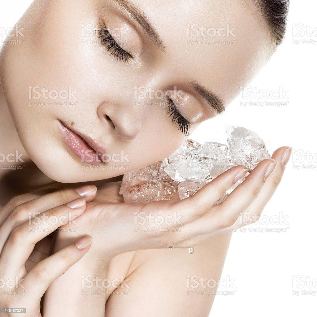 Schöne Frau mit Eiswürfeln – Foto