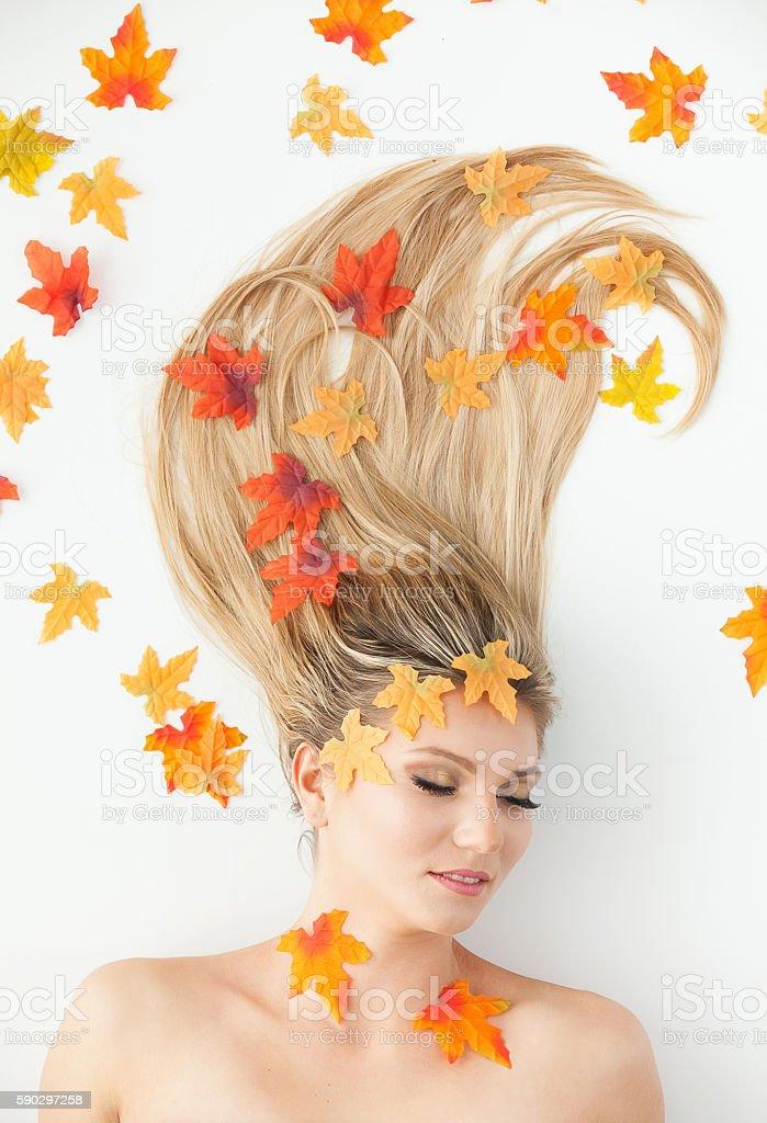 Красивая женщина с листьями Стоковые фото Стоковая фотография