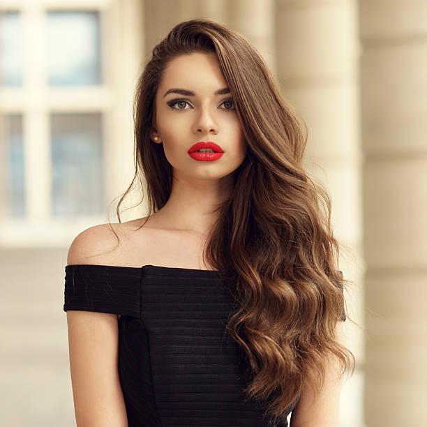 bella mujer con el pelo rizado largo morena - labios rojos fotografías e imágenes de stock