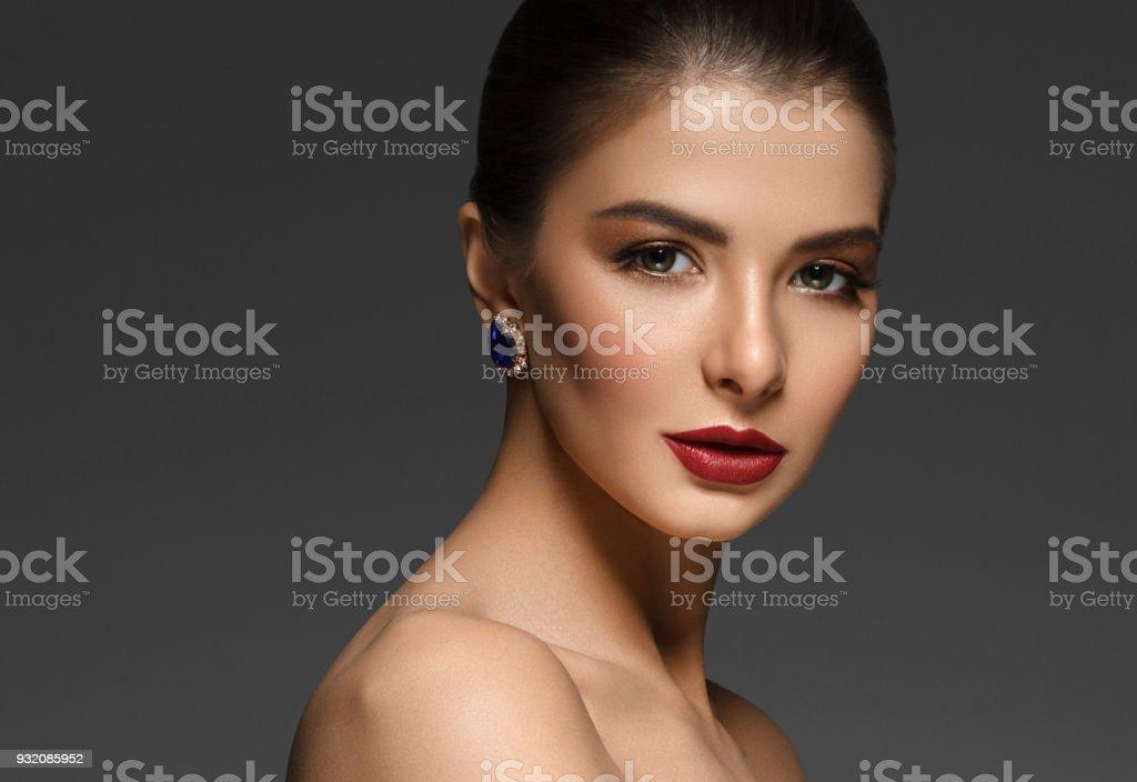 Schone Frau Mit Lange Brunette Schonheit Glatte Haare Uber Dunkle