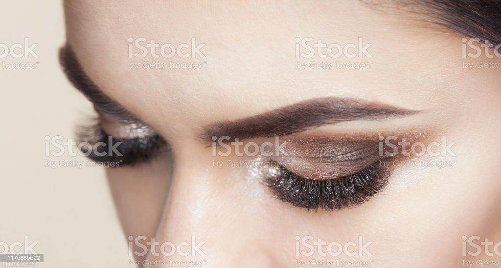 Vacker kvinna med långa ögonfransar och med vackra Smokey ögon make-up. - Royaltyfri Artificiell Bildbanksbilder