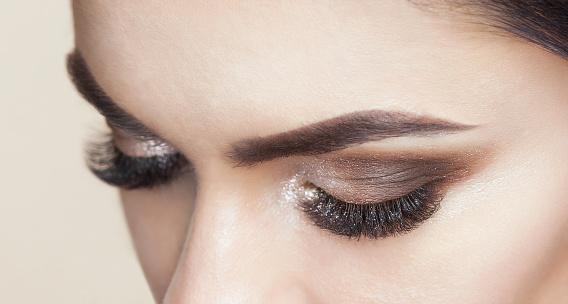 Vacker Kvinna Med Långa Ögonfransar Och Med Vackra Smokey Ögon Makeup-foton och fler bilder på Artificiell