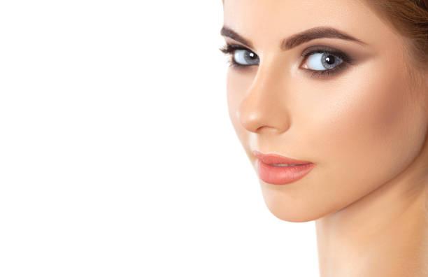 Schöne Frau mit langen Wimpern, schönem Make-up und dicken Augenbrauen. Schöne graue Augen nah. Blick auf die Kamera. Professionelle Make-up und Kosmetik Hautpflege. – Foto