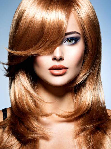 Schöne Frau mit langen roten Haaren mit blauen Make-up – Foto