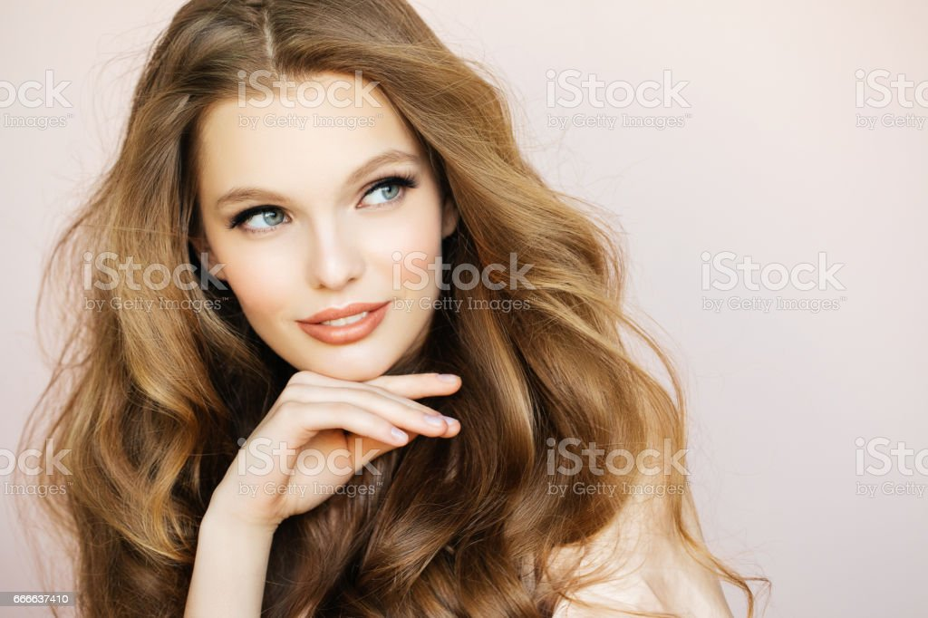 Belle femme avec les cheveux de luxe - Photo