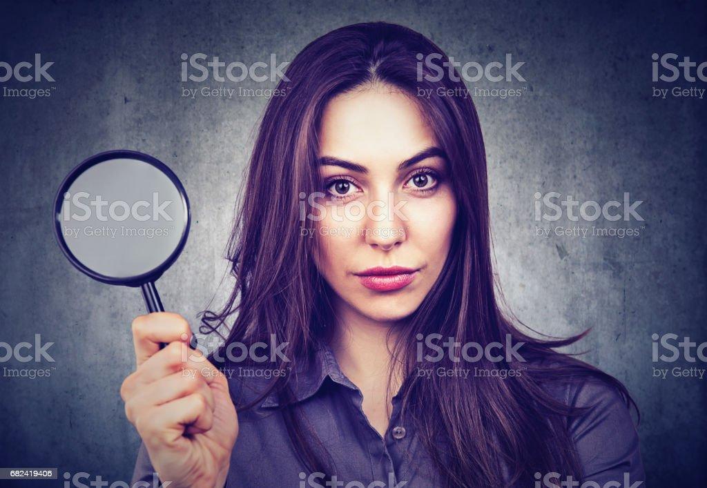 Belle femme avec loupe photo libre de droits
