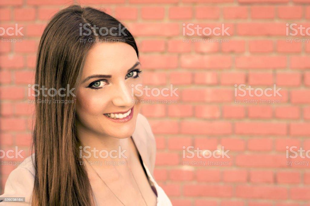 Bella mujer con maquillaje mirando hacia arriba foto de stock libre de derechos