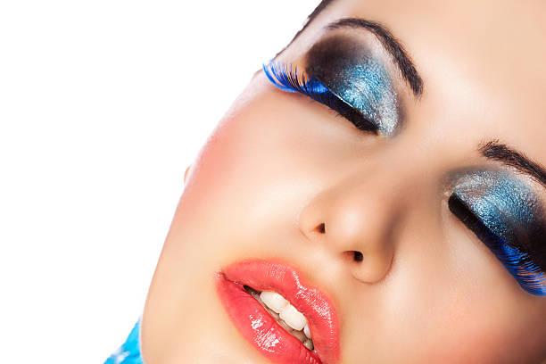 schöne frau mit make-up - blaues augen make up stock-fotos und bilder