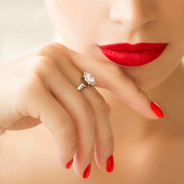 belle femme avec le maquillage - bague bijou photos et images de collection