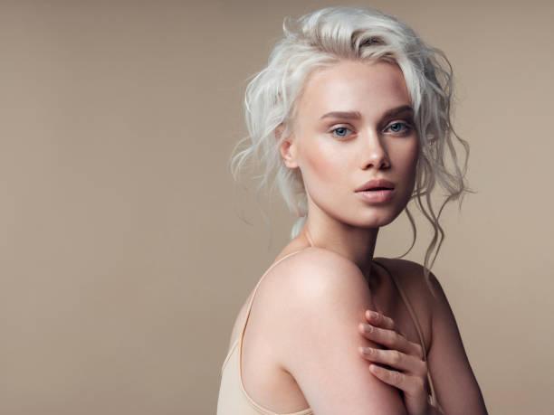 güzel bir kadınla kalıcı makyaj ve şık saç modeli - sarı saç stok fotoğraflar ve resimler