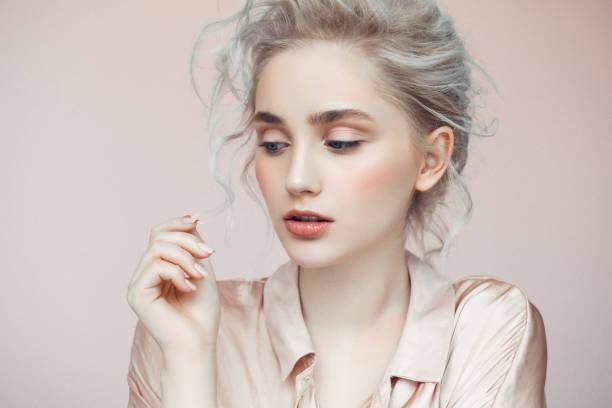 bella mujer con maquillaje y peinado elegante - moda de maquillaje fotografías e imágenes de stock