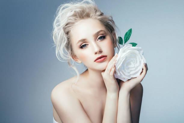 schöne frau mit make-up und stilvolle frisur - blumen make up stock-fotos und bilder